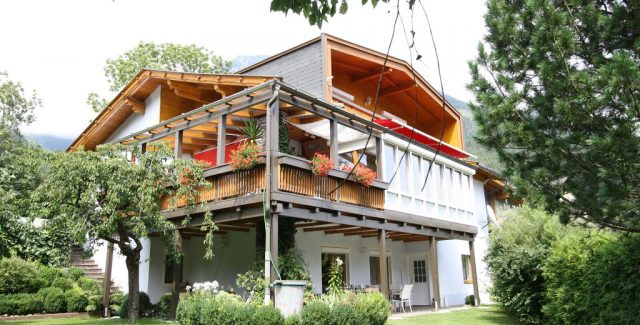 Großzügige Ferienwohnung mit Garten<br /> geräumige Ferienwohnung im Erdgeschoss bietet mit ca. 100 m² ausreichend Platz für bis zu 6 Personen, Wohnküche inkl. ausziehbarem Sofa, 2 Schlafzimmer, Bad/WC, Terrasse, Parkplätze & überdachte Abstellplätze für Fahr- und Motorräder vorhanden<br /> 9841 Mühldorf 195<br /> Tel.: +43 (0) 4769 20562<br /> Mob.: +43 (0) 664 2188823<br /> schmitzer.maria@a1.net<br /> <br /> <strong>Mehr Informationen »</strong><br />