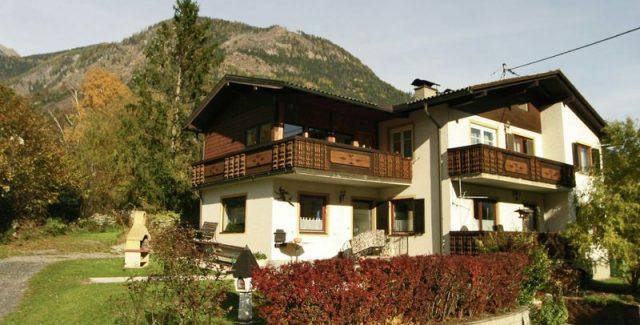 Eine Ferienwohnung (90 m²) bestehend aus einer Küche, zwei Doppelzimmer & einem Kinderzimmer. Die Fewo ist mit Dusche/WC ausgestattet, verfügt über TV, Waschmaschine, 1 Leseraum und über zwei Balkone.<br /> 9841 Mühldorf 199<br /> Mob.: +43 (0) 676 4281223<br /> moesslacher@hotmail.com<br /> <br /> <strong>Mehr Informationen »</strong><br />
