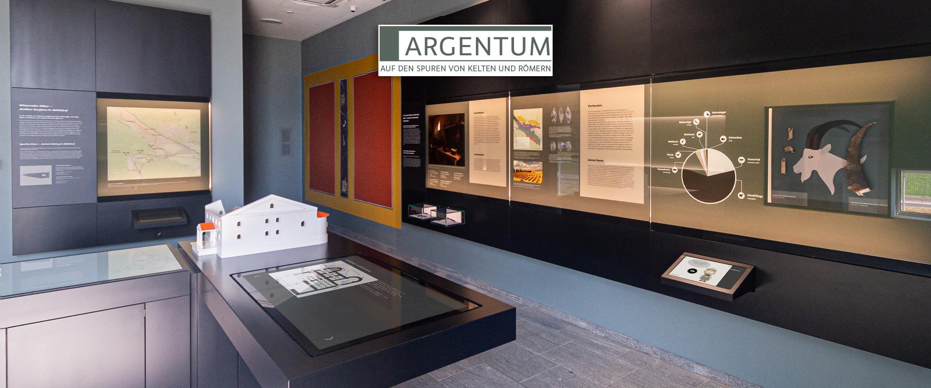 Blick in das Museum mit dem Modell des Römerbades im Vordergrund und der römischen Wandmalerei im Hintergrund.